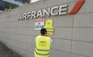 Des syndicalistes d'Air France manifestent dans les locaux de l'entreprise près de l'aéroport de Roissy-Charles de Gaulle le 3 juillet 2020.