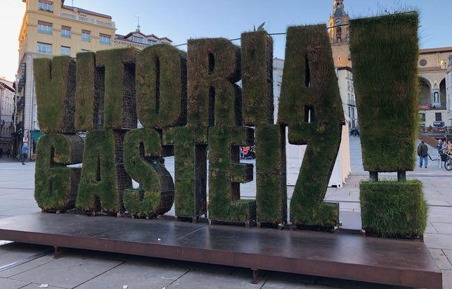 Au centre de la ville, le nom de Vitoria-Gasteiz s'affiche en herbe et la couleur de la ville n'est autre que le vert.