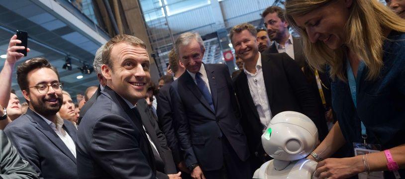 Emmanuel Macron salue un robot au salon Viva Tech de 2017.