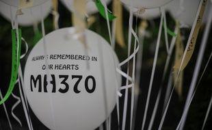 Des ballons ont été déposés au mémorial en hommage aux personnes disparues le 6 mars 2016 à Kuala Lumpur