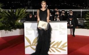Julia Ducournau pose avec sa toute nouvelle Palme d'or.