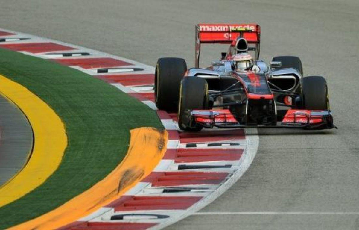 Le Britannique Lewis Hamilton (McLaren) partira en pole position dimanche au Grand Prix de Singapour, 14e manche du Championnat du monde de Formule 1, après avoir signé le meilleur temps des qualifications samedi soir, devant le Vénézuélien Pastor Maldonado (Williams). – Punit Paranjpe afp.com