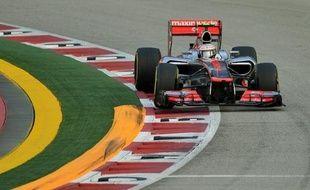Le Britannique Lewis Hamilton (McLaren) partira en pole position dimanche au Grand Prix de Singapour, 14e manche du Championnat du monde de Formule 1, après avoir signé le meilleur temps des qualifications samedi soir, devant le Vénézuélien Pastor Maldonado (Williams).
