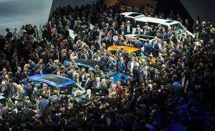 La foule se presse sur le stand  Volkswagen à la veille de 66e édition de l'IAA le 14 septembre 2015 à Francfort