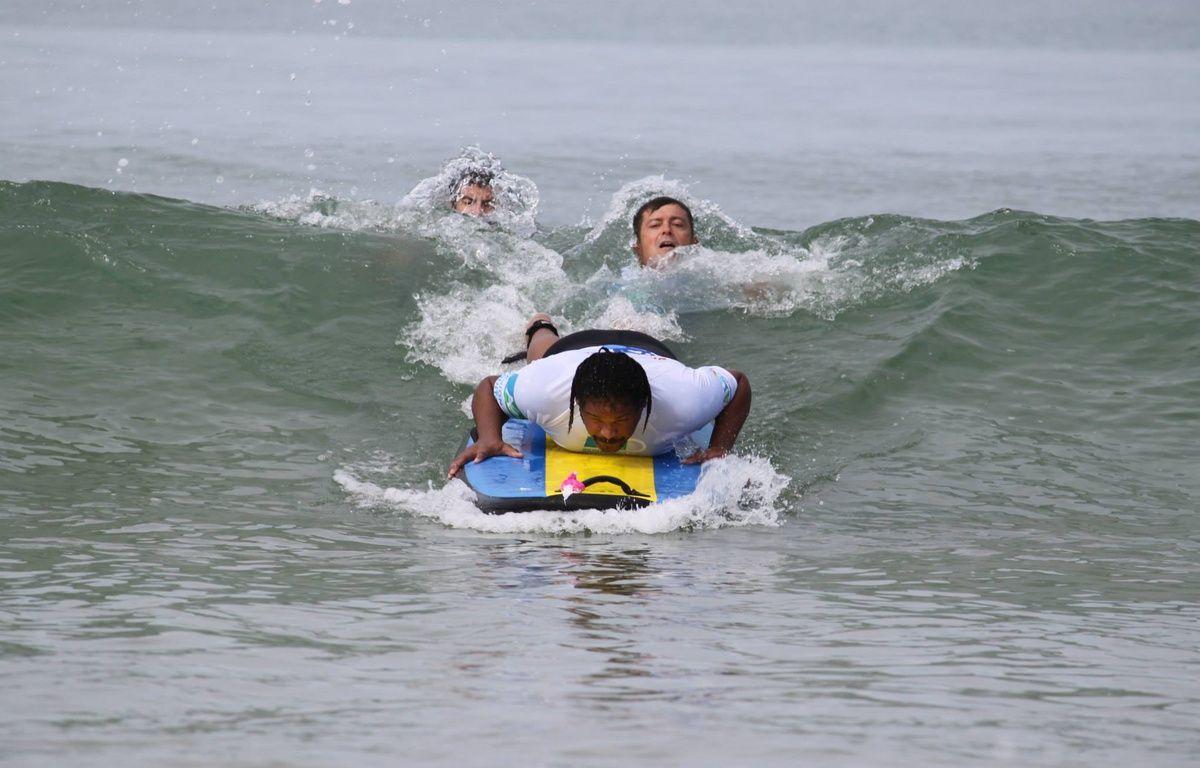 Les non-voyants sont pris en charge gratuitement lors des sessions.  – See Surf