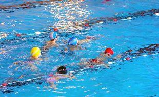 Des enfants dans une piscine publique.