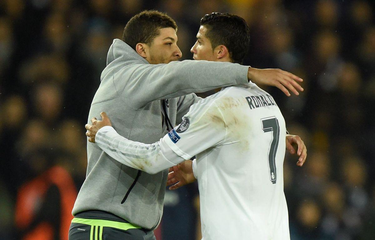 Un supporter enlace Cristiano Ronaldo lors de PSG-Real Madrid le 21 octobre 2015. – MIGUEL MEDINA / AFP