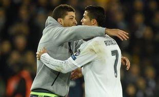 Un supporter enlace Cristiano Ronaldo lors de PSG-Real Madrid le 21 octobre 2015.