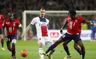 Les lillois Rio Mavuba et Salomon Kalou à la lutte avec le parisien Zlatan Ibrahimovic lors du match Losc - Psg.