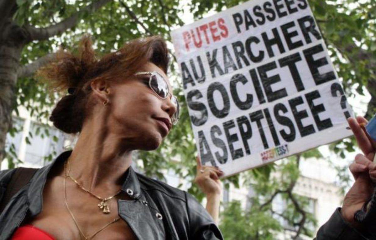 Quelques dizaines de prostitués, hommes et femmes, ont défilé samedi à Paris pour dénoncer la volonté affichée de la ministre des Droits des femmes Najat Vallaud-Belkacem d'abolir la prostitution en France et de pénaliser les clients. – Ana Arevalo afp.com