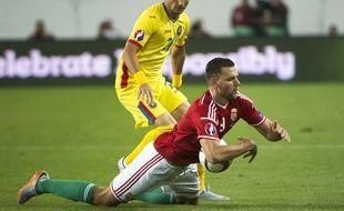 Le défenseur roumain Dragos Grigore (en jaune), lors d'un match qualificatif pour l'Euro 2016 face à la Hongrie, le 4 septembre 2015 à Budapest.