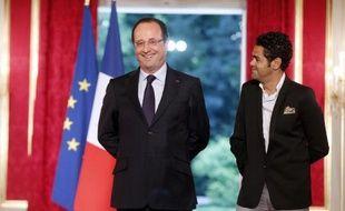 François Hollande s'est rendu vendredi soir à Trappes (Yvelines) pour un match d'improvisation théâtrale entre deux collèges de la ville en présence du comédien Jamel Debbouze, a-t-on appris auprès de la Fondation Culture et Diversité, organisatrice de l'événement.