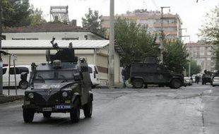 Un véhicule des forces spéciales de police lors d'une fusillade meurtrière avec des membres présumés de l'EI, le 26 octobre 2015 à Diyarbakir, en Turquie
