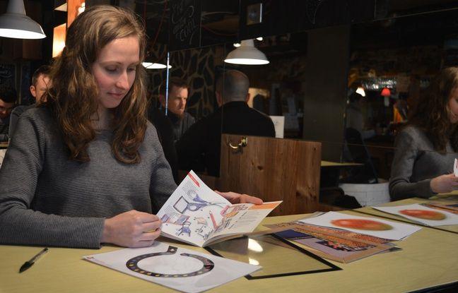 Dans les mains de Sandra Willauer, le guide pratique de plusieurs activités, dont certains exemples figurent aussi sur la table.