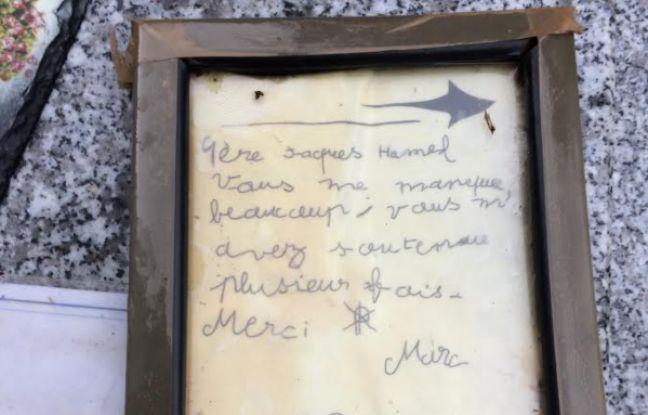 Sur la tombe du père Hamel, des mots, des fleurs et des bougies sont laissés chaque jour par des fidèles.