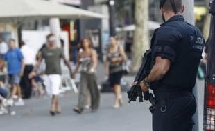 Un policier patrouille sur la place de la Catalogne à Barcelone, le 26 juin 2015.