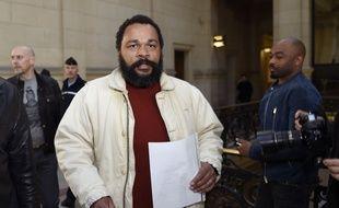 Le procès de Dieudonné, soupçonné d'avoir dissimulé au fisc plus d'un million d'euros de recettes de ses spectacles, s'est ouvert mardi 26 mars à Paris.