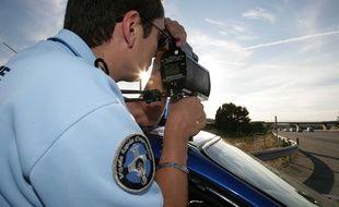 Un contrôle de vitesse effectué par un gendarme. Illustration.