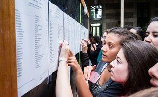 Des lycéens consultent les résultats du baccalauréat, à Lyon, le 6 juillet 2018.