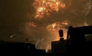 Capture d'image de la CCTV (China Central Television) montrant le ciel enflammé de Tianjin le 13 août 2015, à la suite des explosions qui ont fait des ravages et provoqué des dizaines de morts dans ce port industriel du nord-est de la Chine
