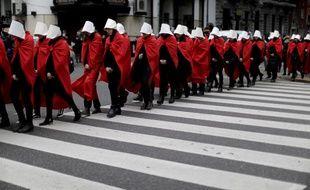 Des manifestantes pro-avortement en Argentine ont adopté le costume de