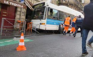 Le bus est allé s'encastrer sur la terrasse d'un café