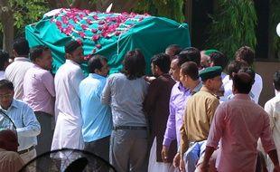 Les corps des victimes de l'attentat de Karachi sur des Ismaéliens revendiqué par Daesh ont été inhumés le 13 mai 2015.