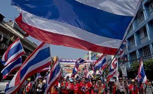Les manifestants sont redescendus lundi dans les rues de Bangkok, au lendemain de législatives qu'ils ont fortement perturbées, promettant de trouver un moyen de faire tomber le gouvernement.