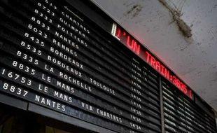 Panneau d'affichage à la gare Montparnasse à Paris en mai 2009.
