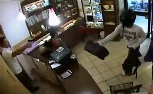 Un commerçant sicilien a mis des braqueurs en fuite. Vidéo du 23 septembre 2013.