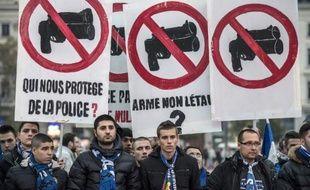 """Des supporters des foot, principalement de l'Olympique lyonnais, manifestent contre la """"répression policière"""" à Lyon le 15 novembre 2014"""