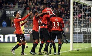 Le Rennais Ousmane Dembélé porté en triomphe par ses coéquipiers, après son but contre Bordeaux.