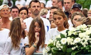 Une immense gerbe de fleurs blanches a été déposée sur le lieu de l'enlèvement.