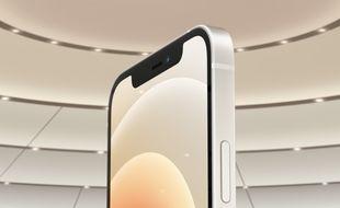 Les nouveaux iPhone 12 conservent leur encoche noire en façade.