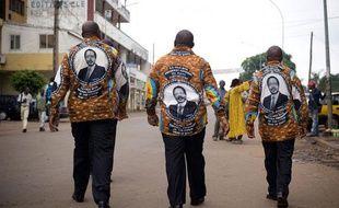 Des Camerounais avec des chemises en l'honneur du président Paul Biya, le jour des festivités des 50 ans d'accession à l'indépendance du pays, le jeudi 20 mai à Yaoundé, la capitale.