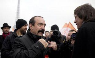 Le secrétaire général de la CGT Philippe Martinez et son prédécesseur Bernard Thibault lors d'une manifestation pour défendre le droit de grève, à Paris le 18 févrirer 2015