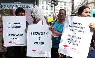 Quelques centaines de personnes ont manifesté à Paris, samedi 7 juillet 2012, contre le projet d'«abolition» de la prostitution voulu par la ministre des Droits des femmes, Najat Vallaud-Belkacem.