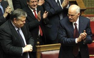 Le Premier ministre grec, George Papandréou (droite), et le ministre des Finances, Evangelos Venizelos, applaudissent le vote de confiance accordé par le Parlement le 4 novembre 2011.