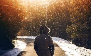 Illustration d'une personne sur une route avec de la neige