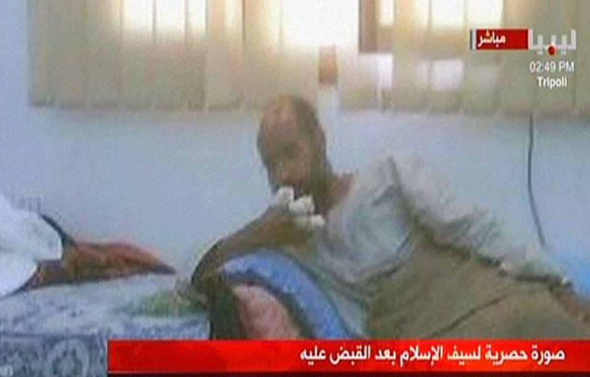 Une image de la télévision libyenne montrant Saïf al Islam Kadhafi après son arrestation dans le sud de la Libye, le 19 novembre 2011. – LIBYA AL-AHRAR / AFP