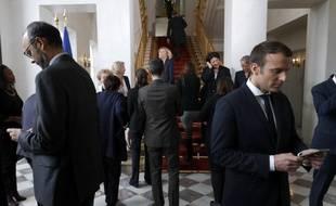 Edouard Philippe et Emmanuel Macron rivés sur leurs smartphones le jour de la photographie officielle du gouvernement.