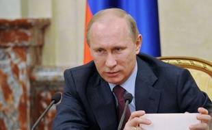 """Vladimir Poutine, au pouvoir depuis 12 ans et candidat à la présidentielle de mars, a promis lundi une """"nouvelle économie"""" compétitive en Russie, en admettant qu'elle était actuellement gangrenée par la corruption et peu attrayante pour les investisseurs."""