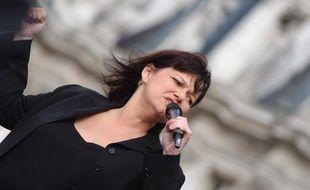 """Maurane pendant un concert au profit de l'association de lutte contre la leucemie """"Laur   ette  Fugain"""", lors de la 3eme edition de l'operation """"plaquettes en marche""""     sur le parvis de l'hotel de Ville en 2005."""