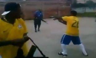 Des joueurs d'une équipe amateur tirent à l'arme automatique après une victoire, le 14 mai 2014.