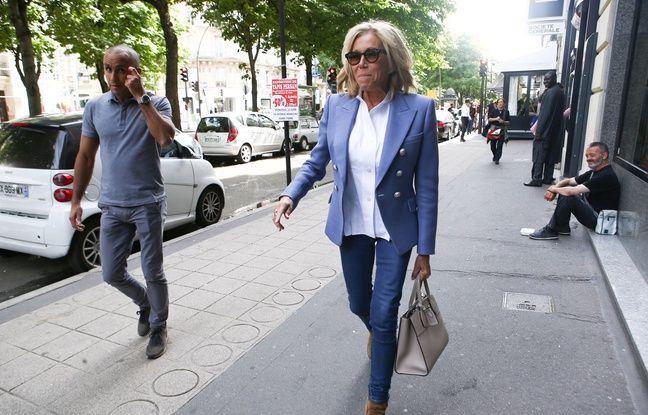 Brigitte Macron se baladant avenue Montaigne, à Paris, le 21 juin 2018.