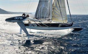 """Alain Thébault et ses trois équipiers -Yves Parlier, Jacques Vincent, Jean Le Cam- se lanceront à partir de la fin mai à l'assaut du record de la traversée du Pacifique entre Los Angeles (Californie) et Honolulu (Hawaï) avec l'Hydroptère, """"le bateau qui vole""""."""