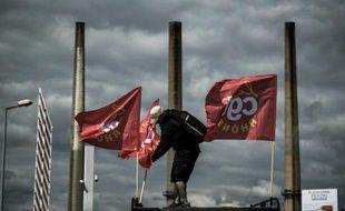 Un employé gréviste de la raffinerie Total de Feyzin, près de Lyon, le 24 mai 2016