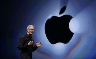 Le patron d'Apple, Tim Cook, présente l'iPhone 5S, en 2013.