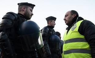 Les tensions entre forces de l'ordre et gilets jaunes ont été limitées le 17 novembre 2018 avant une montée en tension dès le 24 novembre.