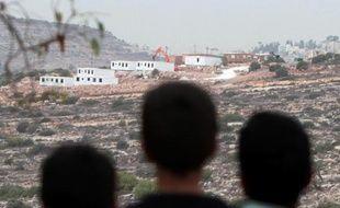 Le gouvernement israélien va annoncer la construction de 1.400 logements dans des colonies de Cisjordanie et de Jérusalem-Est parallèlement à la libération de 26 prisonniers palestiniens, a indiqué vendredi la radio militaire.